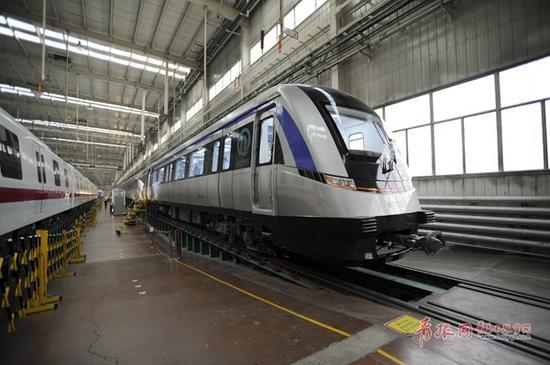 地铁11号线首列车下线。