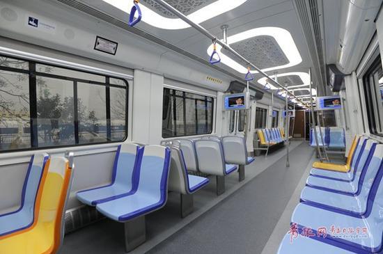 地铁11号线首列车内景。
