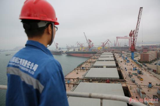 目前正在青岛海西湾造船基地进行生活楼部分的舾装工作。为该船及早交付,一千多名武船集团北船重工的建造工人正加班加点。