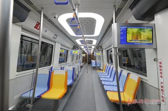 """座椅颜色采用""""金属蓝""""和""""海蓝""""跳色设计。"""