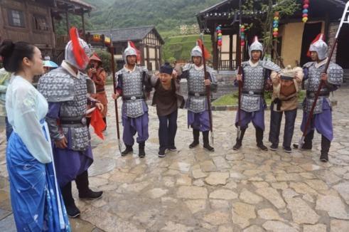 另外,为提供一个可体验几百年前金戈铁马情景,土司城还模仿明朝时期的古战场马术表演,惊心动魄,惊险刺激。