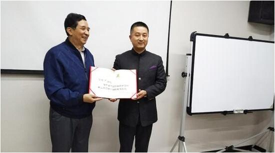 (图2:中国中药协会副会长刘张林颁发向千菌方陈增华颁发任命证书)