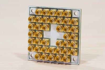 英特尔携手荷兰研发合作伙伴QuTech成功测试17量子位超导计算芯片
