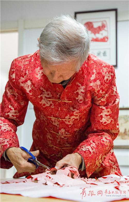 """剪纸、泥塑、藏头诗、反卧书法等都是宋老的拿手活,退休后的他更是创立了""""文铎文化工作室""""为有剪纸爱好的居民义务授课。"""