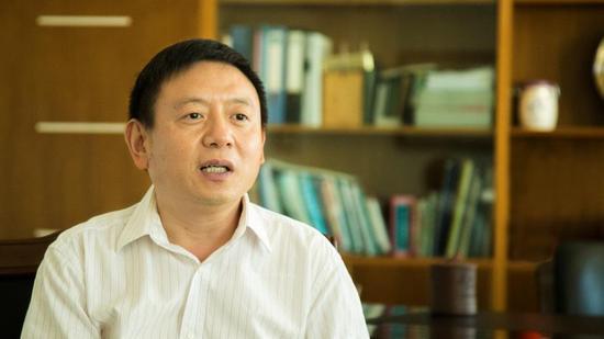 上图:江苏九旭药业集团董事长兼总经理李宏接受栏目采访