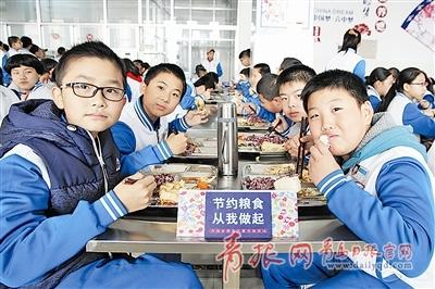 黄岛区第六中学学生在学校餐厅用餐。周光辉 李 赢  摄