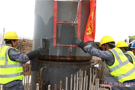 该段钢结构重12吨,长约8米。首吊成功标志着济青高铁红岛站进入到站房施工建设阶段。