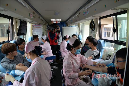 爱心献血车里摩肩接踵,汇聚的爱心温暖着整个车厢。
