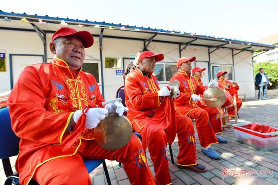 2017年10月22日,青岛市市北区闫家山,非遗地秧歌锣鼓队在演出现场.