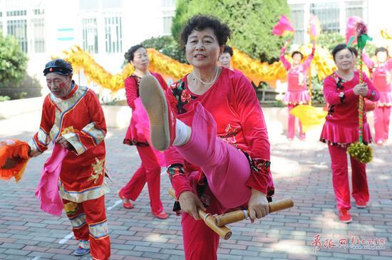 2017年10月22日,表演者在青岛市市北区闫家山为村民演出非遗地秧歌。