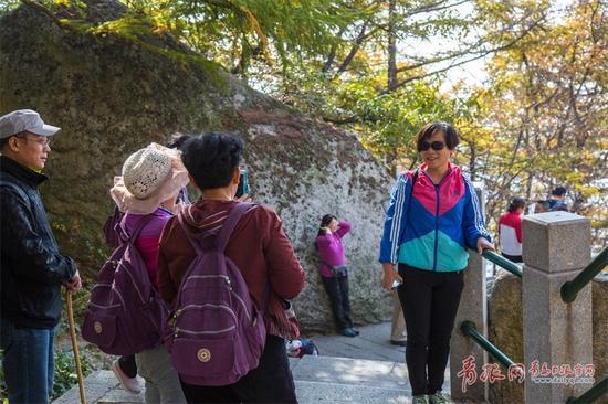 在爬山过程中,很多登山爱好者走走停停,拍照留念,尽情欣赏崂山之美。