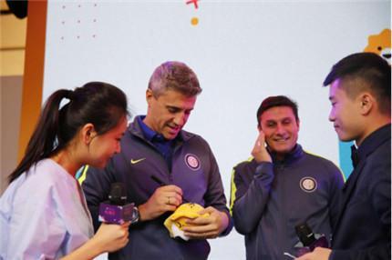 克雷斯波、萨内蒂等国米球星正在小狮子玩偶上签名