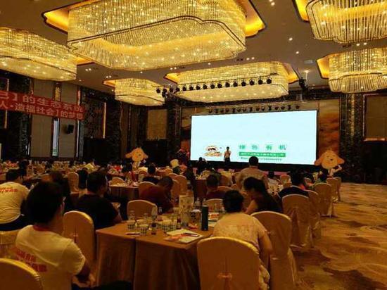 图为浣熊电子商务有限公司总经理孙楷钦讲述公司理念、使命、未来十年的战略方向。
