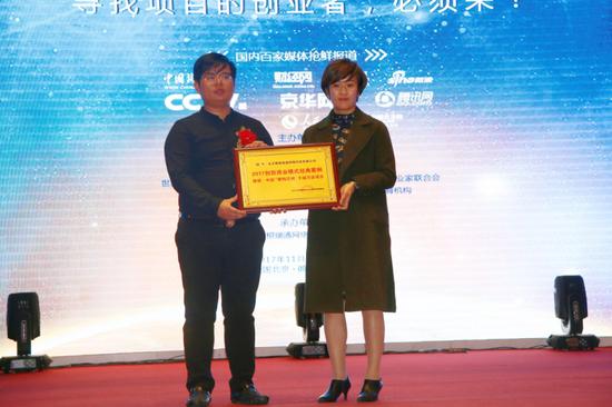 ▲北京大学金融战略与商业模式创新课题组执行组长李梓晨(左)