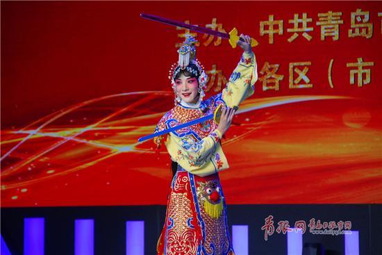 杨振涛凭借他精彩的反串表演夺得戏王称号。