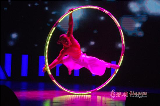 """一项杂技《光之环》点燃了""""秀王""""的舞台,也让表演者张磊夺得了秀王的称号。"""