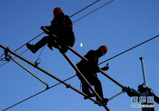 中铁电气化局集团的施工人员在济青高铁临淄北至青州区间进行接触网作业。