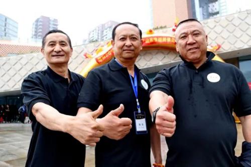 青岛中联健美健身代表队领队邱正顺(中),马新建(右),教练员孙衍华