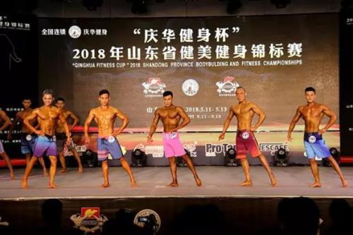 正在参加男子健体B组比赛的潘康杰(左三)、丁治勇(左四)