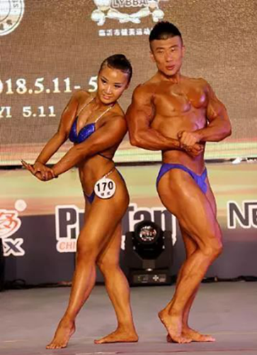 健美混合双人季军韩稚鑫(右)在比赛中