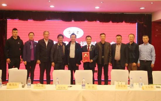 刘志成会长(上图左五)向李庆华先生(上图左六)颁发名誉会长聘书