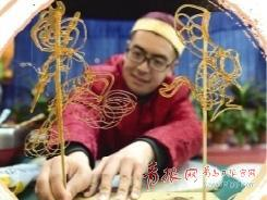 ▲高光耀展示他的糖画作品。照片由本人提供