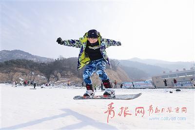 ▲游客在北宅高山滑雪场滑雪。