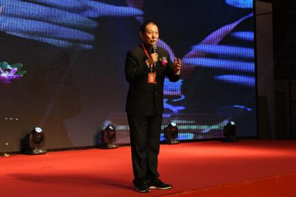 健康使者代表王东喜分享与关爱集团结缘故事