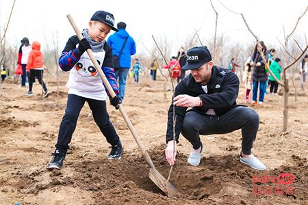 北京小学员和外教老师一起植树