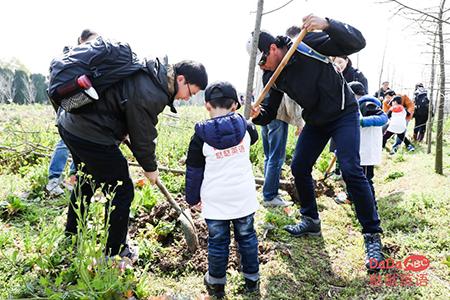 上海小学员和外教老师一起植树