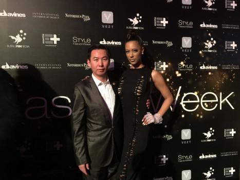 亚洲时尚策划人孙永生出席2018纽约时装周与美国模特艾丽丝合影