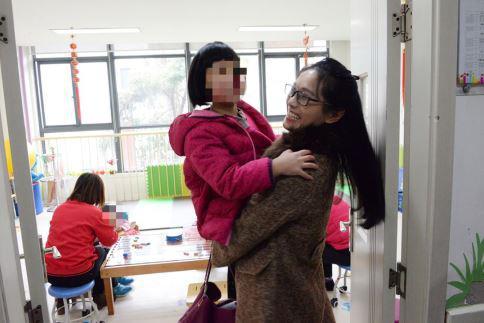 江苏省慈善总会募捐财务部黄月梅开心的抱起福利院的孩子