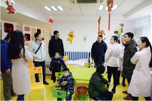 慈善总会各级领导和雅睿慈善公益团队一起探望院内孤残儿童