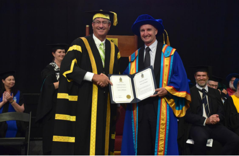 中央昆士兰大学校长John Abbott教授为博士生授予博士学位