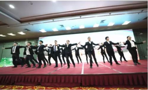 湖北老来寿员工代表共同演绎老来寿企业之歌《一路阳光》