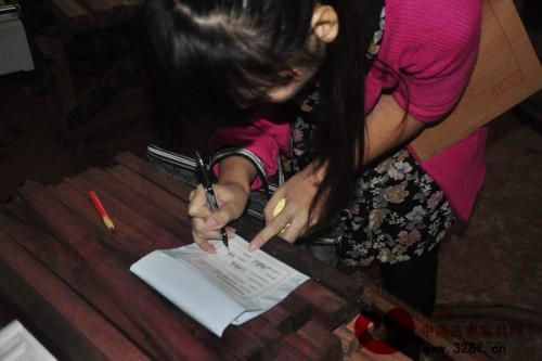 工作人员将样品封存保管,并在封条上签名确定