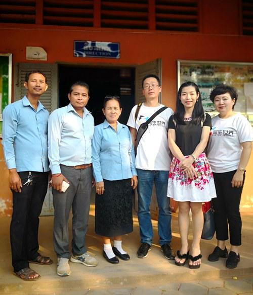 中方代表与柬方学校负责人合影