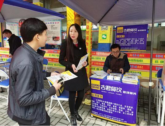 公司杨总经理向前来了解创业项目的创业者介绍公司概况