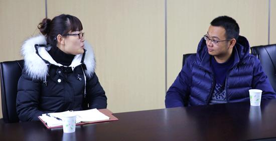 两新工委黄老师(左)和畅唐党总支(筹)鲍书记