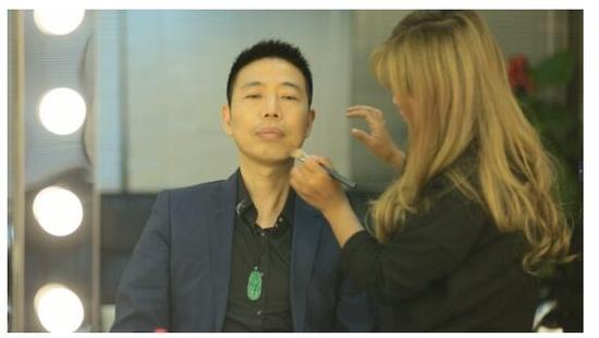 张华先生正在上妆,为录制做准备