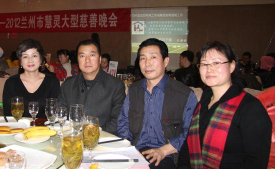 王新宽与甘肃永靖县企业家张学鸿(左二)、身心养生导师温彬(右一)在公益慈善晚会上
