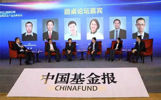 ▲腾讯金融科技智库首席研究员王钧主持论坛(左一)