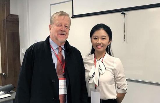 图为费农•亨德森教授接受记者专访。
