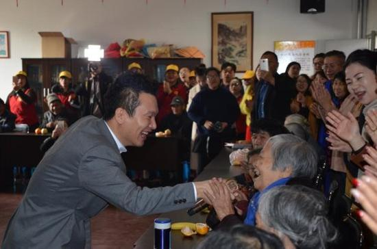 爱心大使袁野老师和老人互动开心一起唱《大中国》
