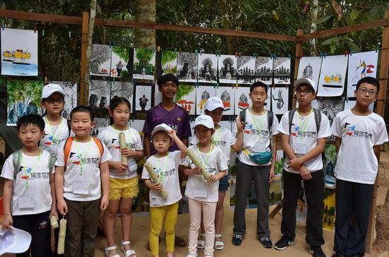 中国小画家与柬埔寨小画家合影