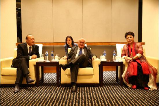 张凤兰董事长与法国前总理拉法兰会谈