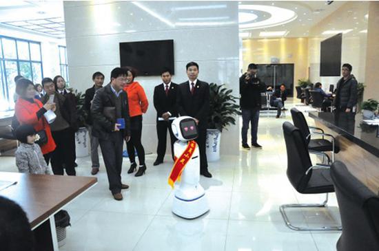 ▲机器人引导当事人到窗口办理业务