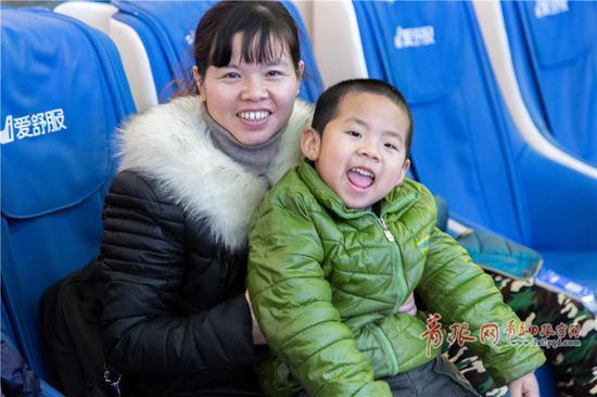 姜女士同样来自湖南,小年这天能回家,她感到格外高兴。