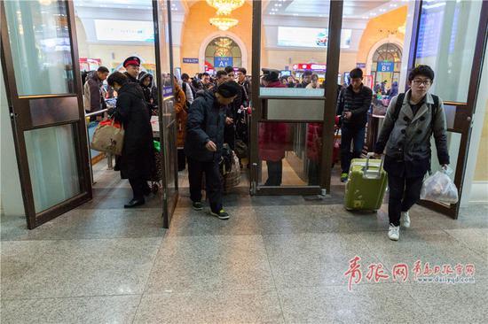 检完票的旅客,迫不及待走向站台。