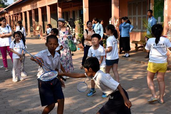 中国小画家教柬埔寨学生练习羽毛球